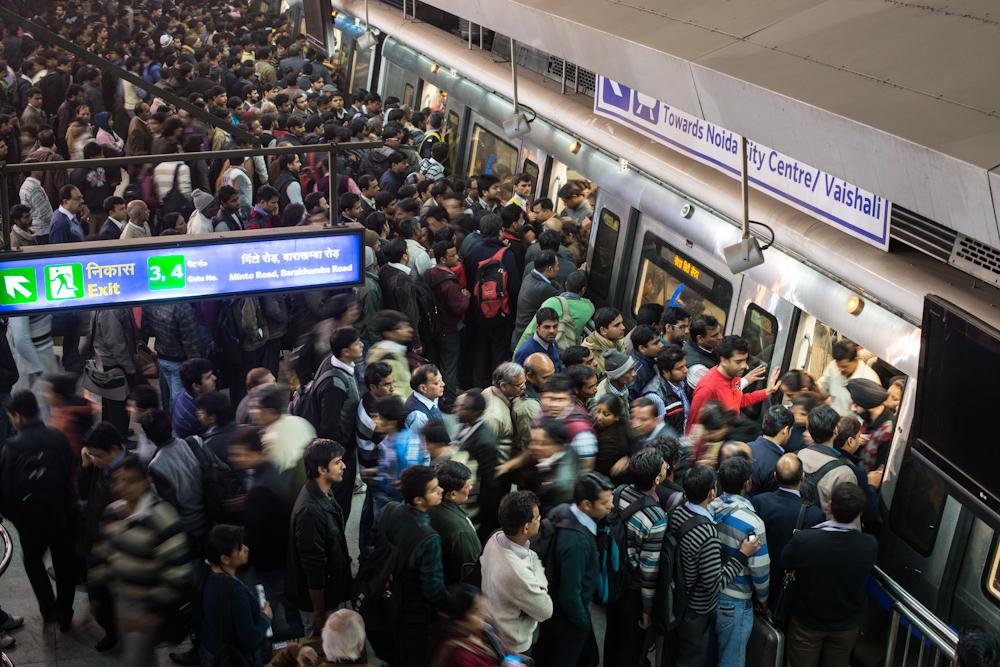 15. ábra. Tömeg egy újdelhi metróállomáson